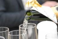 Šampano atidarymas kardu